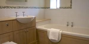derbyshire-holiday-cottage-byre-bathroom